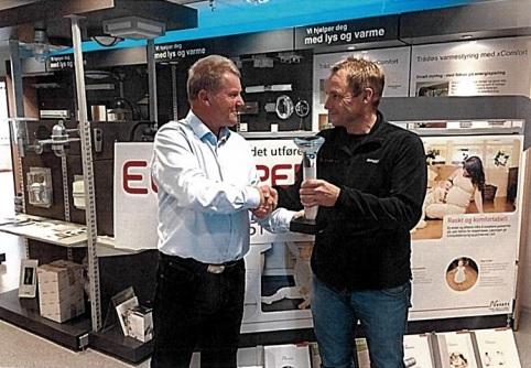 Turneringslederen deler ut vandrepokalen til Charles Svendsen i El-Experten.