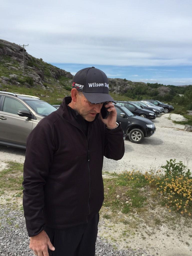 Arne Dirdal ringer hjem til kona og forteller at han må til Kvinesdal i august…